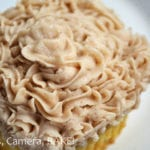 Vanilla Cupcakes with Cinnamon Spice Frosting. A soft, moist and fluffy vanilla cuckake topped with a sweet spiced frosting. Click the photo for the #recipe . #cupcakes #cinnamonspice